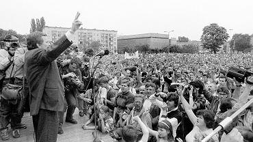 Lech Wałęsa na przedwyborczym wiecu w Bydgoszczy 20 maja 1989 r. Takie spotkania odbywały się w całej Polsce z udziałem najważniejszych ludzi 'Solidarności'. Wałęsa trafił nawet do Racławic, gdzie na spotkanie z wyborcami przyjechał dorożką.