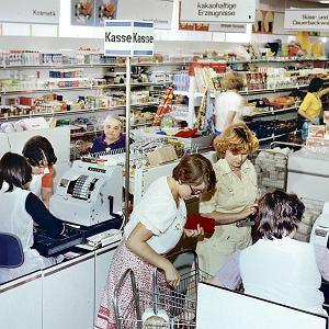 Sklepy samoobsługowe w NRD przypominały polskie, bo w PRL montowano je początkowo ze sprowadzanych z Niemiec wschodnich pawilonów handlowych typu Kaufhalle. Miały 1400 m kw. powierzchni. W jednym z pawilonów, które kupiono do Gdyni, zamiast sklepu urządzono tymczasową halę wystawową Muzeum Miasta Gdyni. Na zdjęciu z 1975 r. supermarket w Cottbus.