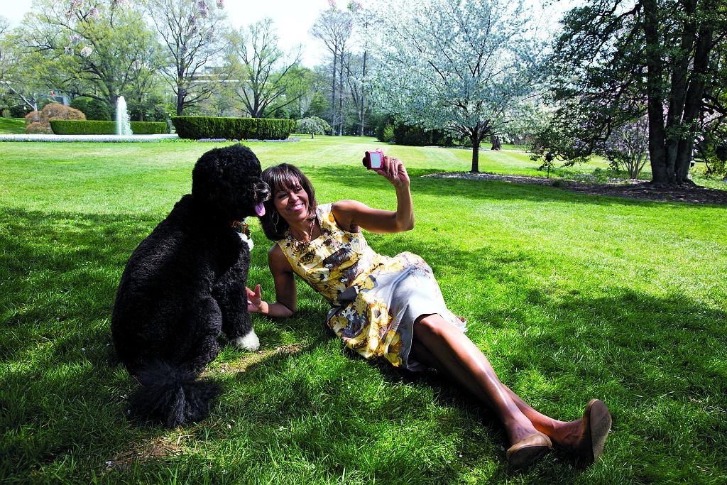 Michelle Obama z rodzinnym pupilem, psem Bo, w ogrodzie warzywnym na tyłach Białego Domu.