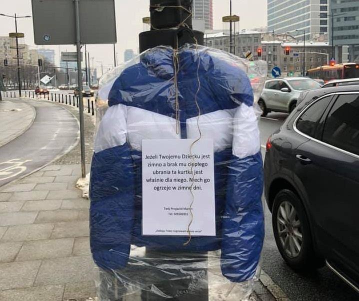 Kurtki rozwieszone na ulicach Warszawy