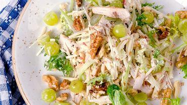 Sałatka z selerem naciowym i kurczakiem to dawka nie tylko smaku, ale także witamin