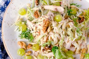 Sałatka z selera naciowego i kurczaka na dwa sposoby. Przepisy na lekką przekąskę lub kolację