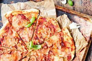 Łatwa pizza - przepis na ciasto podstawowe i dwie propozycje podania
