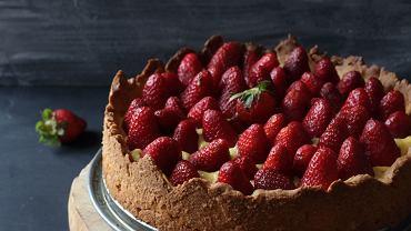 Tarta z truskawkami nie jest trudna do przygotowania, za to smakuje wszystkim