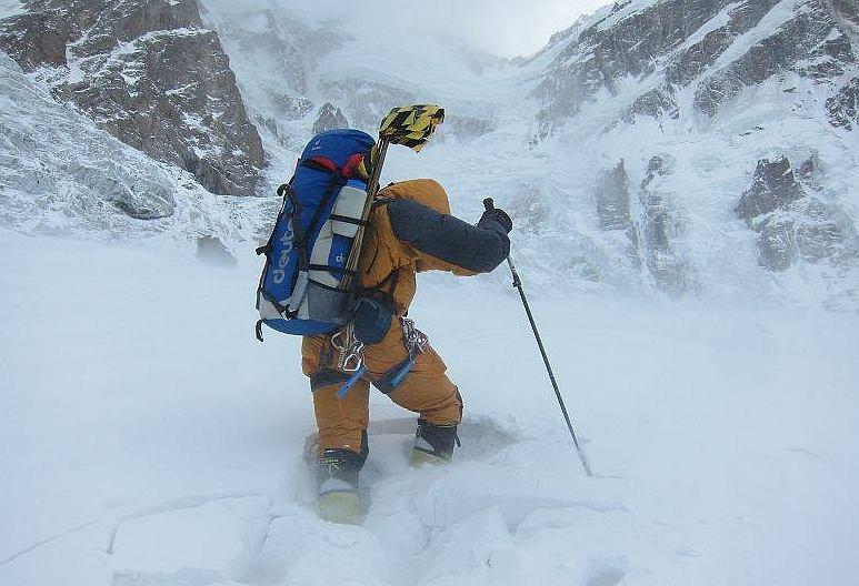 Ralf Dujmovits toruje drogę na Nanga Parbat