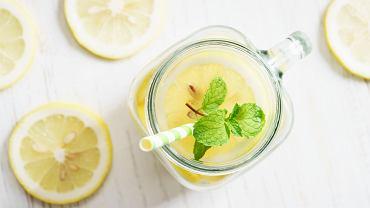 Lemoniada z cytryn to pyszny napój, który zdecydowanie poprawi nasze samopoczucie podczas upalnych dni.