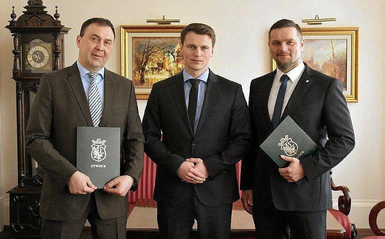 Nowy zarząd Otwocka: prezydent Jarosław Margielski (w środku), pierwszy wiceprezydent Sławomir Sierański (z lewej) i drugi zastępca Paweł Walo