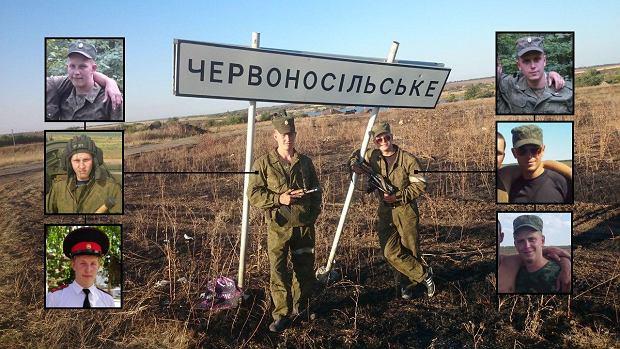 Dwóch rosyjskich żołnierzy robiących sobie w 2014 roku zdjęcie pod tablicą z nazwą ukraińskiej miejscowości. Obok ich zdjęcia z VK i powiązanych z nimi kolegów z oddziału