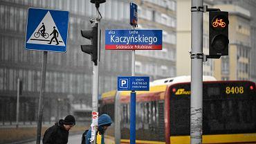 Marzec 2018. Zakładanie nowych tablic w dawnej al. Armii Ludowej, dziś ul. Kaczyńskiego