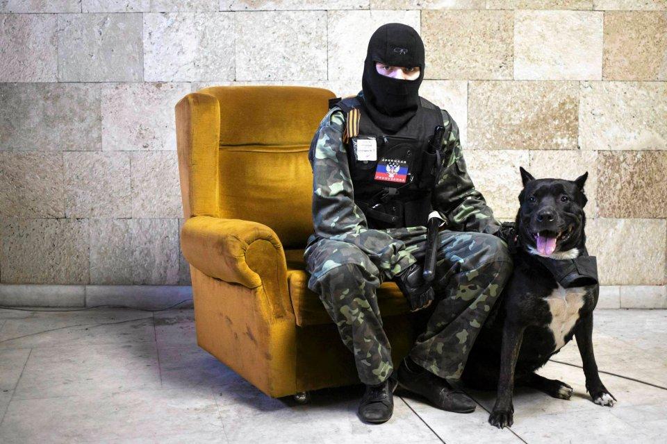 Prorosyjscy separatyści pozują do zdjęć w zajętych budynkach rządowych w Doniecku, 25 kwietnia 2014 r.