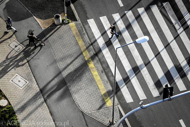 """Pierwszeństwo pieszych przed przejściem. Rząd zdradził szczegóły. Pieszy będzie musiał """"wyrazić zamiar"""" i znajdować się w """"strefie przejścia"""""""