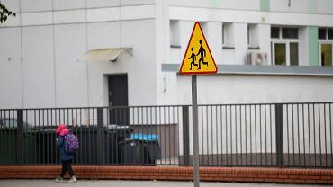 Edukacja szkolna w dobie pandemii koronawirusa. Uczniowie w drodze do szkoły - jeszcze przed rządowym nakazem nauki zdalnej. Warszawa, 15 października 2020