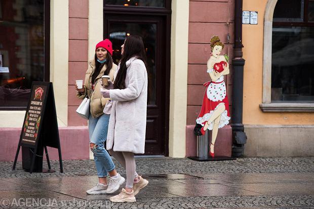 Zdjęcie numer 23 w galerii - Tłumy na Rynku we Wrocławiu. Spacery z jedzeniem na wynos i puszczanie baniek
