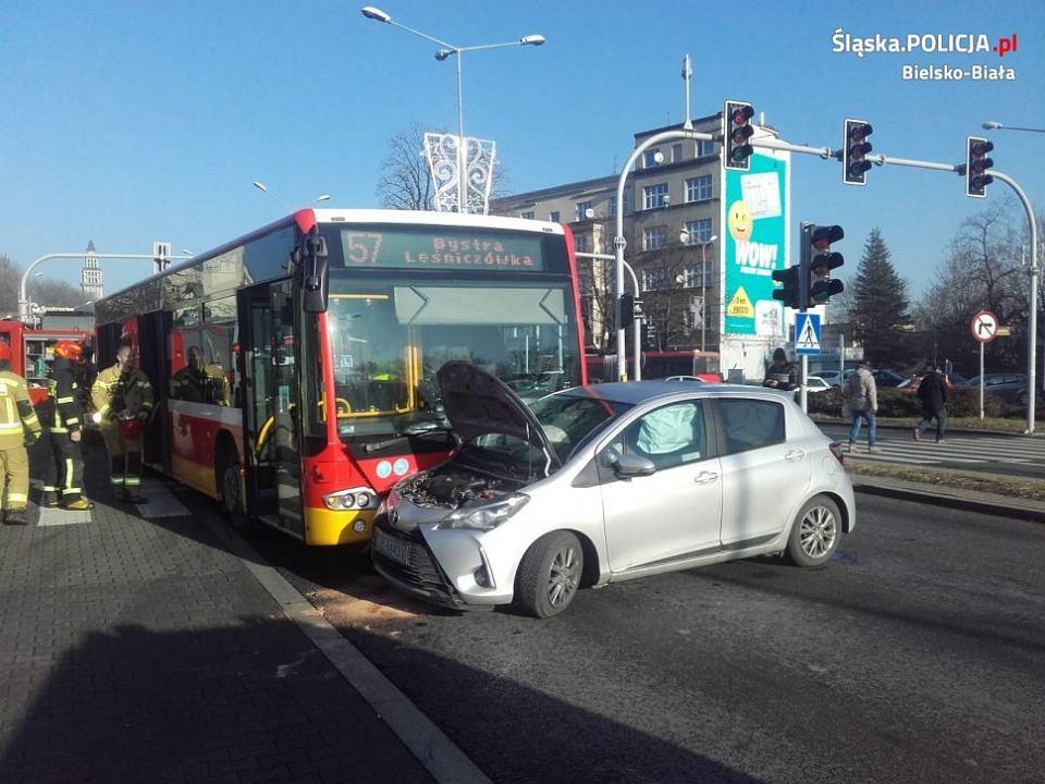 W Bielsku-Białej autobus MZK zderzył się z samochodem osobowym