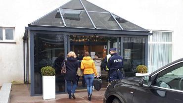 Policja. Policja przyłapała 300 gości w hotelu. Właściciel obiektu tłumaczył, że przygotowują się do... turnieju szachowego