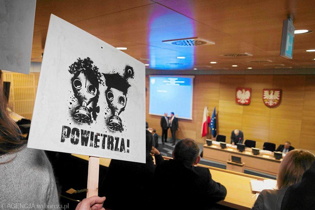 Sejmik woj. małopolskiego - obrady nad przyjęciem uchwały, zakazującej palenia węglem