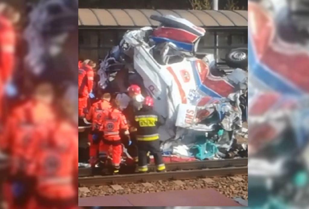 Kadr z nagrania pokazującego miejsce wypadku w Puszczykowie, gdzie pociąg zderzył się z karetką