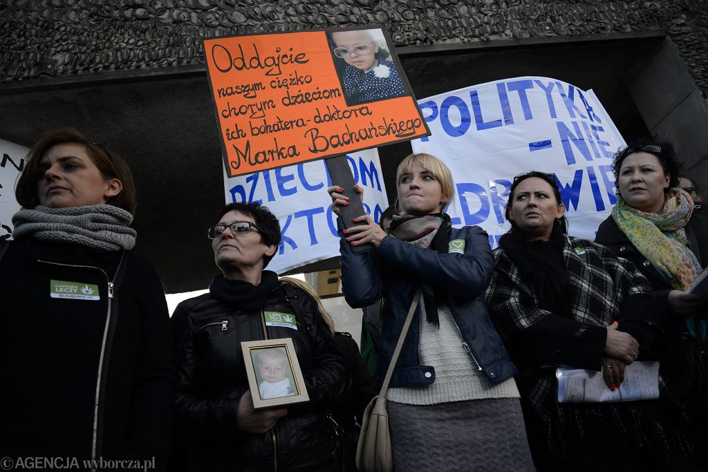 Paulina Janowicz wraz z innymi rodzicami pacjentów dr. Bachańskiego podczas protestu przeciwko zwolnieniu lekarza z Centrum Zdrowia Dziecka w listopadzie 2015 r.