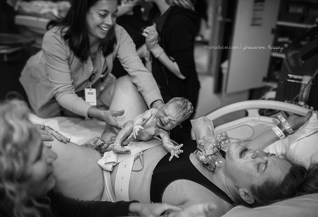 Niezwykła, samodzielna, pierwsza podróż kilkuminutowego noworodka do piersi mamy [ZDJĘCIA]