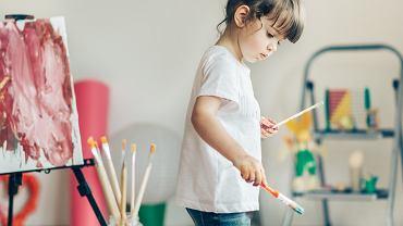 Pani wiosna - praca plastyczna. Najczęściej przyjmuje formę malowanego farbami portretu. Zdjęcie ilustracyjne, SerbBgd/shutterstock.com