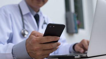 Jak załatwić L4 przez Internet? Telefon i Internet jest teraz właściwą formą kontaktu z lekarzem. Zdjęcie ilustracyjne, TippaPatt/shutterstock.com