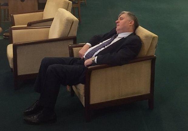 Minister Jurgiel zasnął w palarni