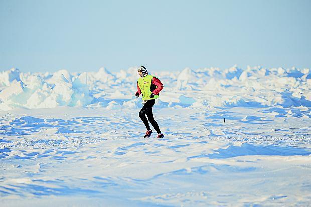 Polarny krajobraz. Biel, cisza, spokój i śnieg. Wygląda niewinnie i błogo, ale zamarznięty Ocean Arktyczny i ekstremalnie niska temperatura nie biorą jeńców. Cały czas trzeba uważać i być mocno skoncentrowanym.