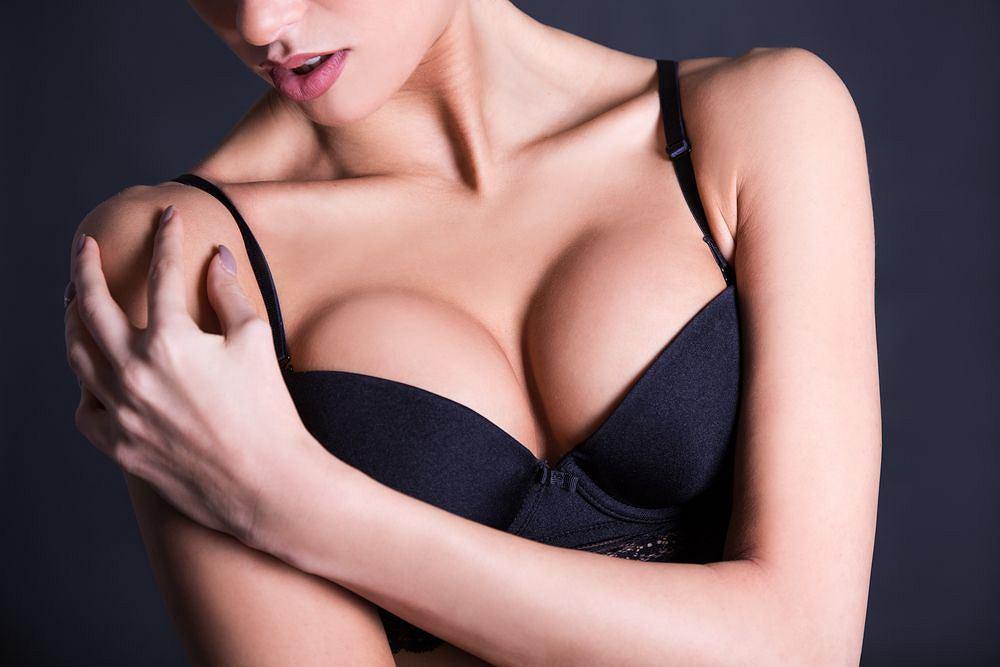 Rozmiar piersi nie zależy jedynie od ilości tkanki tłuszczowej. Znaczenie mają choćby geny
