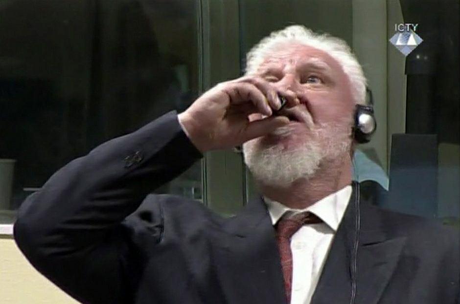 Slobodan Praljak wypija truciznę przed sądem w Hadze