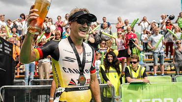 2 tys. zawodników wystartowało w Herbalife Ironman 70.3, który odbył się w Gdyni. Mieli oni do pokonania połowę dystansu słynnego Full Ironmana (3,86 km pływania, 180,25 km jazdy na rowerze oraz 42,2 km biegu) , czyli 1,9 km w wodzie, 90 km na rowerze oraz 21,1 km biegu. Najlepszy okazał się Niemiec Nils Frommhold (na zdjęciu), który wyprzedził Ukraińca Antona Blokhina oraz Polaka Miłosza Sowińskiego. Zwycięzca uzyskał czas 3:54.08. Wśród kobiet wygrała Niemka Diana Riesler, a 2. miejsce zajęła Polka Paulina Kotfica. Zapraszamy na galerię zdjęć z zawodów.