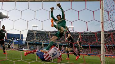 W pierwszym półfinałowym meczu Ligi Mistrzów Chelsea zremisowała bezbramkowo w Madrycie z Atletico, ale ten korzystny wynik okupiła stratą Petra Cecha i Johna Terry'ego. W tym momencie czeski bramkarz zorientował się, że chyba nie wyląduje na ziemi, tak jak to sobie wcześniej zaplanował, czyli na nogach. Podczas interwencji wpadł w niego bowiem Raul Garcia popchnięty przez Davida Luiza