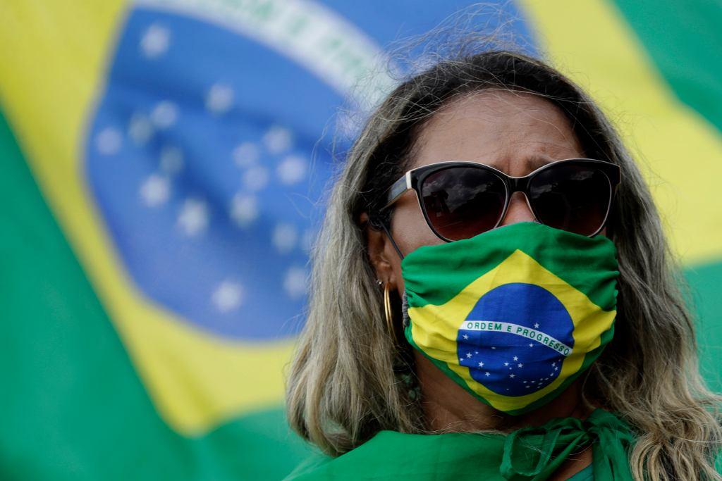 Koronawirus w Brazylii. Co czwarta ofiara COVID-19 to Brazylijczyk. Mimo to prezydent nie reaguje