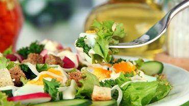 Latem warto sięgać po lekkie potrawy bogate w warzywa i owoce