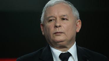 Jarosław Kaczyński nie apeluje do racjonalnego myślenia. Odwołuje się do skrytych, nawet wstydliwych pragnień o zbawcy, który nadchodzi