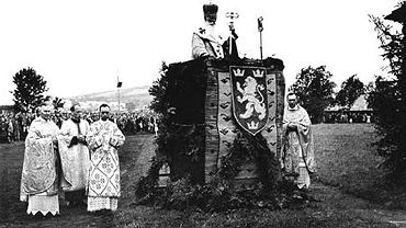 Według Wspólnoty Samorządowej Doliny Sanu na zdjęciu jest przemyski episkopat cerkwi greckokatolickiej z bp. Josafatem Kocyłowskim na czele. Pobłogosławił bojowników dywizji SS 'Hałyczyna'