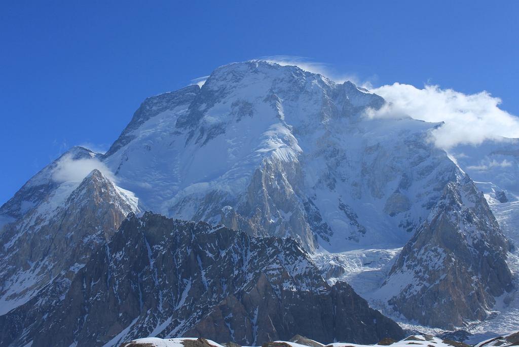 Broad Peak widziany ze skrzyżowania lodowców Baltoro i Godwin Austen, zwanego Concordią (fot. Sallahuddin Shah/Wikimedia Commons/CC BY-SA 4.0)