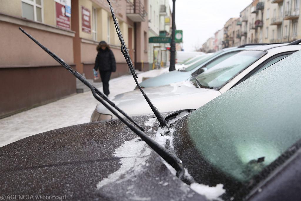Lód na szybach samochodów
