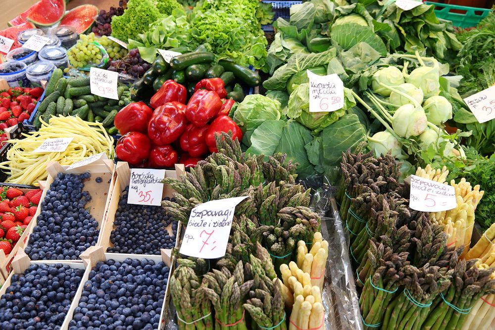 Których warzyw i owoców nie powinno się kupować na bazarku w upalne dni? Ekspertka wyjaśnia