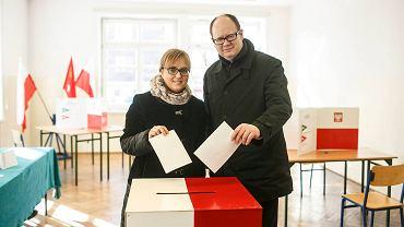 Paweł Adamowicz oddaje głos w Zespole Szkół Łączności przy ul. Podwale Staromiejskie