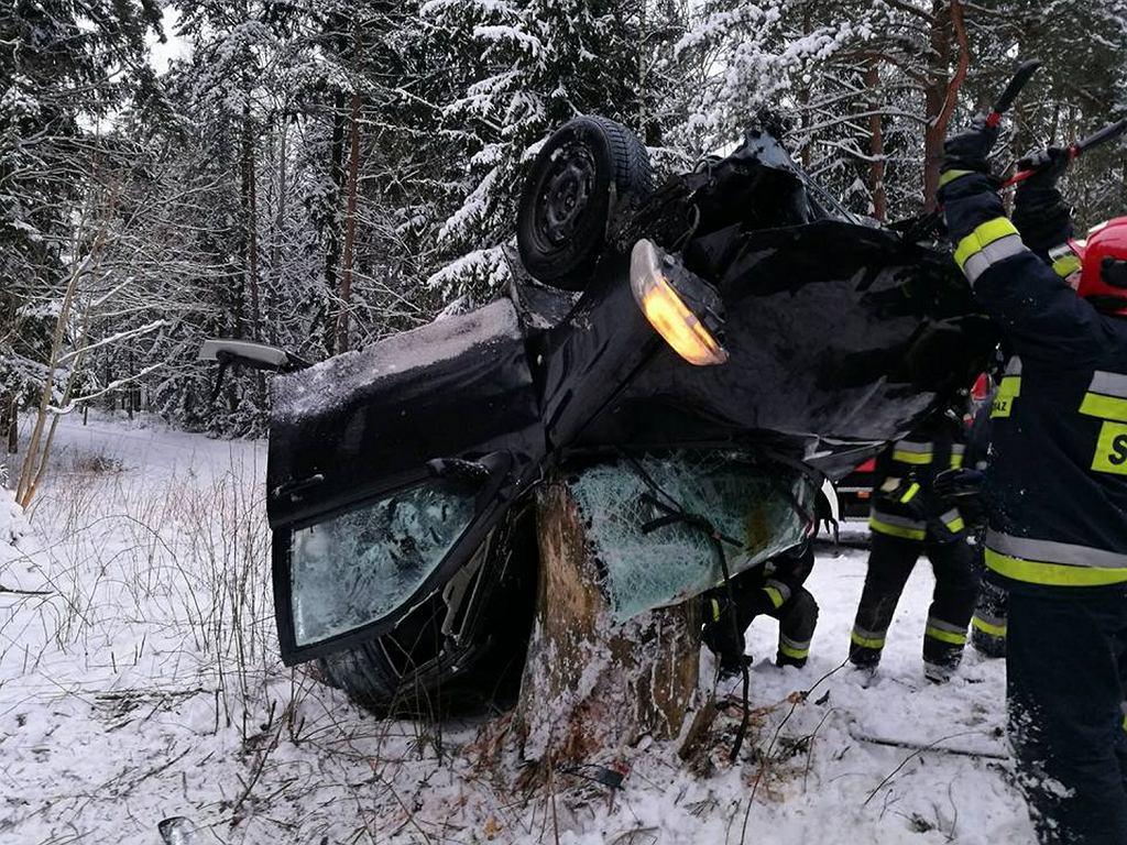 Wypadek w Trzciance. Wbił się samochodem w drzewo