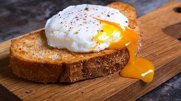 Jajko w koszulce to bardziej wyrafinowana wersja jajecznicy, jajka na miękko czy sadzonego.