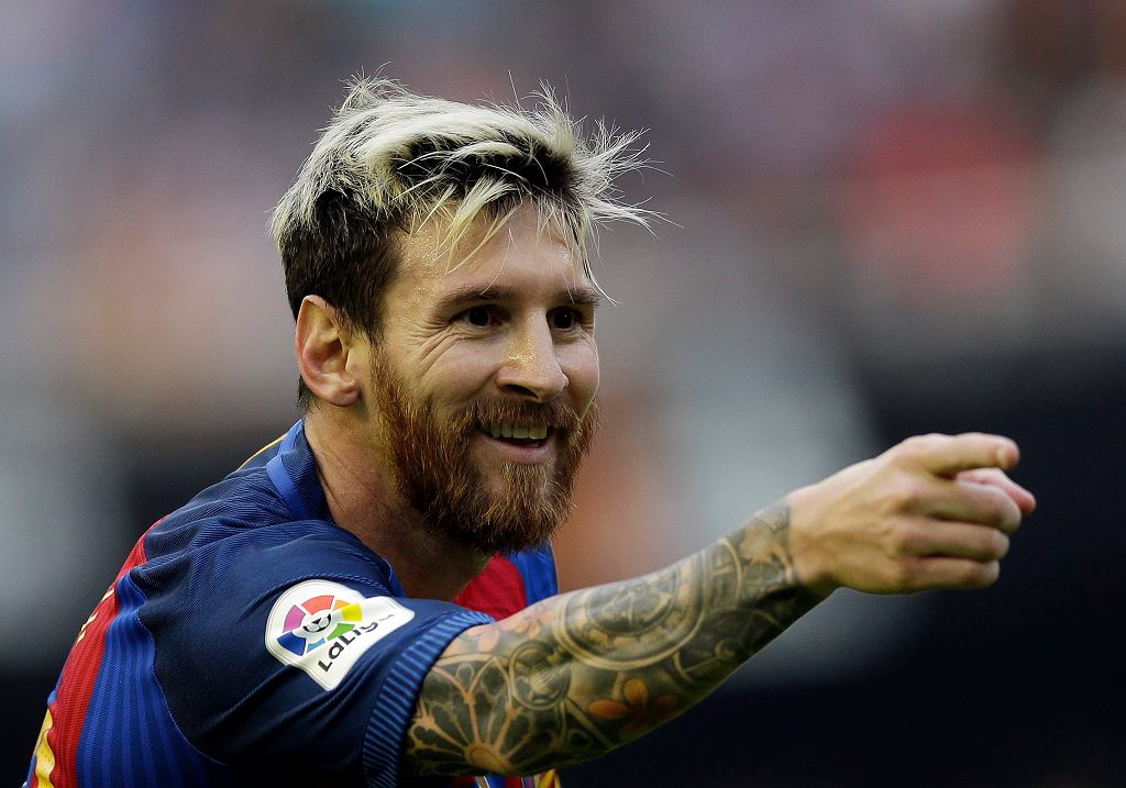 Lionel Messi cieszy się po zdobyciu zwycięskiego gola w meczu Barcelony z Valencią (3:2)