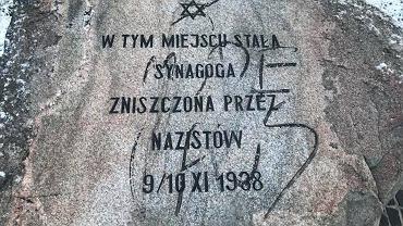 Antysemickie hasło na pomniku w miejscu zielonogórskiej synagogi