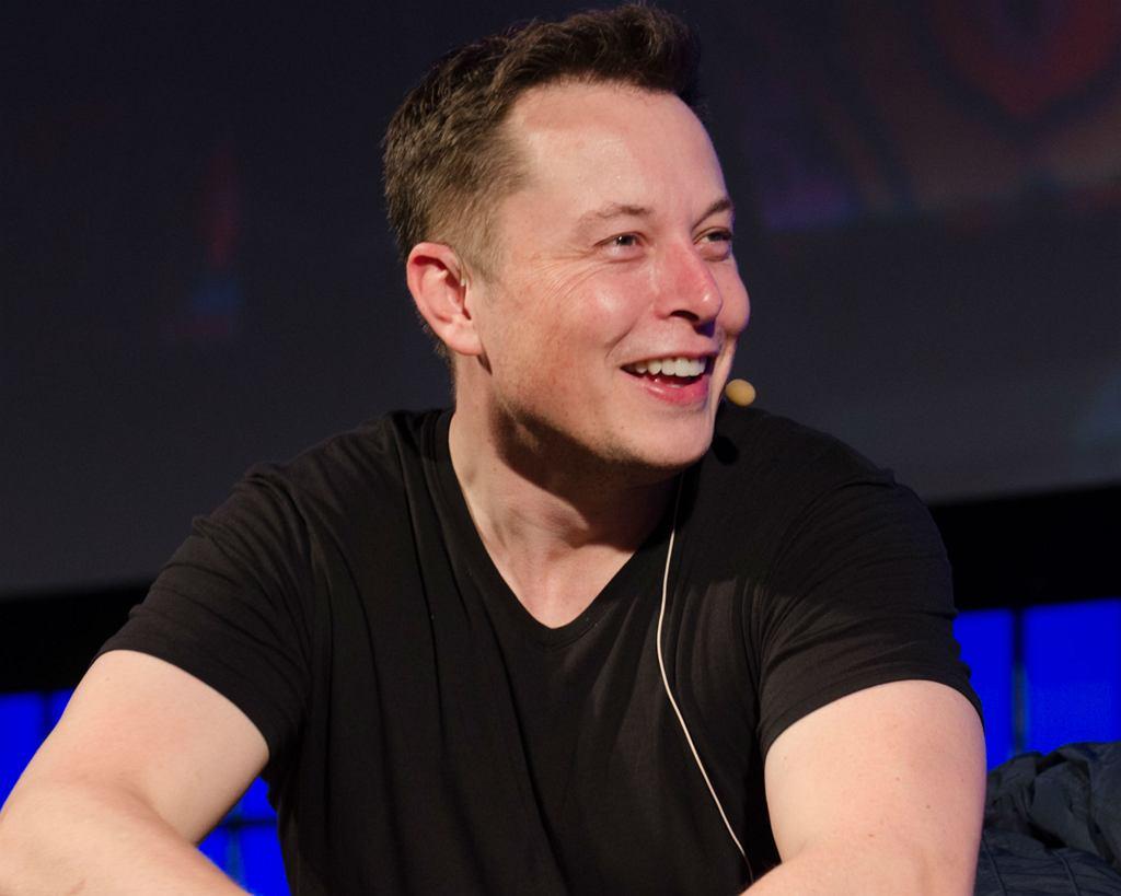 Elon Musk - milioner i wizjoner, założyciel m.in. serwisu PayPal i jeden z najbardziej pożądanych współcześnie mężczyzn (fot. Heisenberg Media / Wikimedia.org / CC BY 2.0)