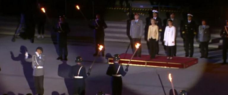 Bundeswehra nocą żegnała von der Leyen, żołnierze z pochodniami w dłoniach