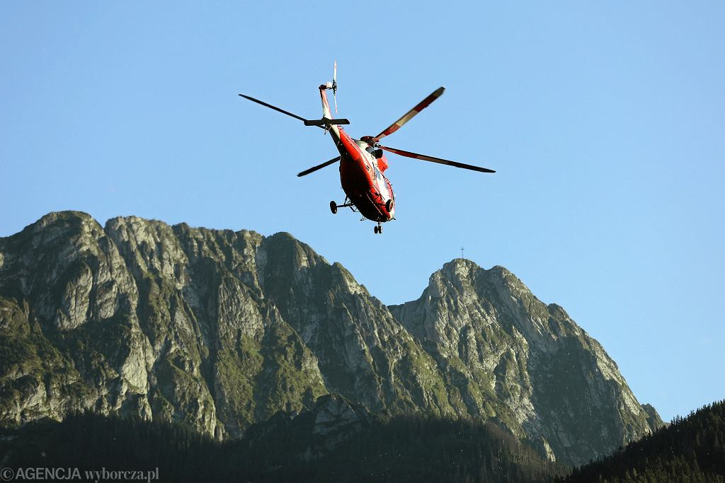 Wymiana grup ratowników w akcji poszukiwawczej w Jaskini Wielkiej Śnieżnej.