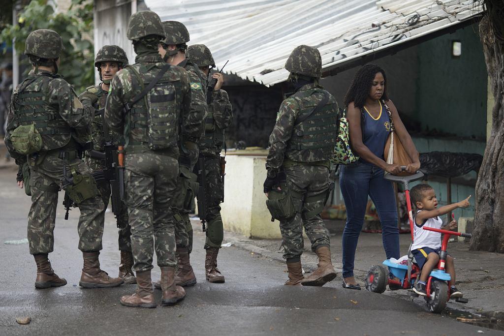 Żołnierze na przedmieściach Rio de Janeiro