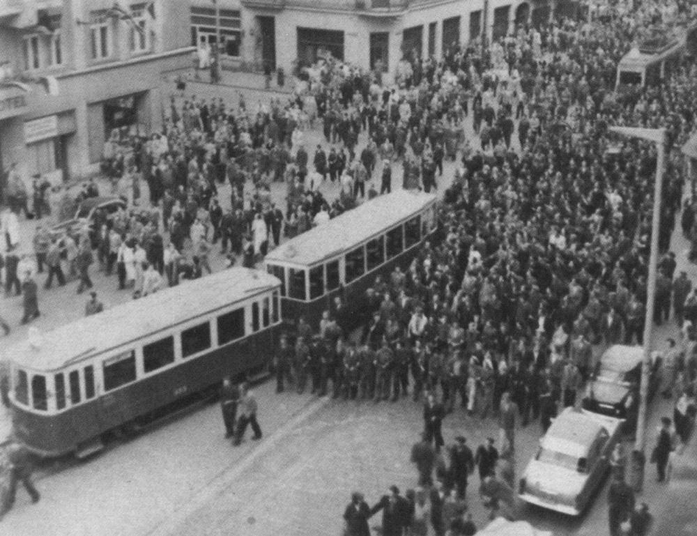 Demonstranci 28 czerwca 1956 r. w centrum miasta.