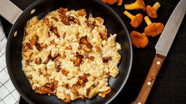 Jajecznica z kurkami. Podpowiadamy, jak zrobić pyszne śniadanie z grzybami.