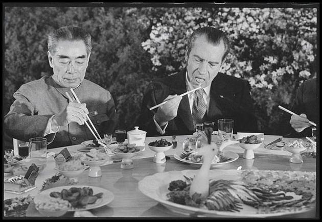 Richard Nixon podczas wizyty w Chinach w 1972 roku. Ciekawe, czy polał makaron ketchupem. Foto: Washington Post